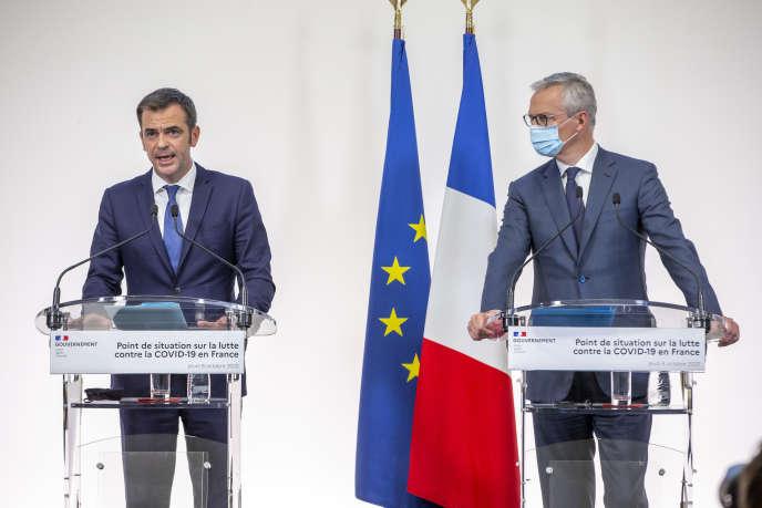 Le ministre de la Santé, Olivier Véran, et celui de l'économie et des finances, Bruno Lemaire, lors du point hebdomadaire sur l'épidémie de Covid-19 à Paris, le 8 octobre.