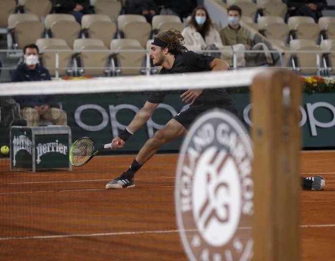 Le Grec Stefanos Tsitsipas a tout tenté pour pousser Novak Djokovic dans le cinquième set, vendredi 9 octobre, à Roland Garros.
