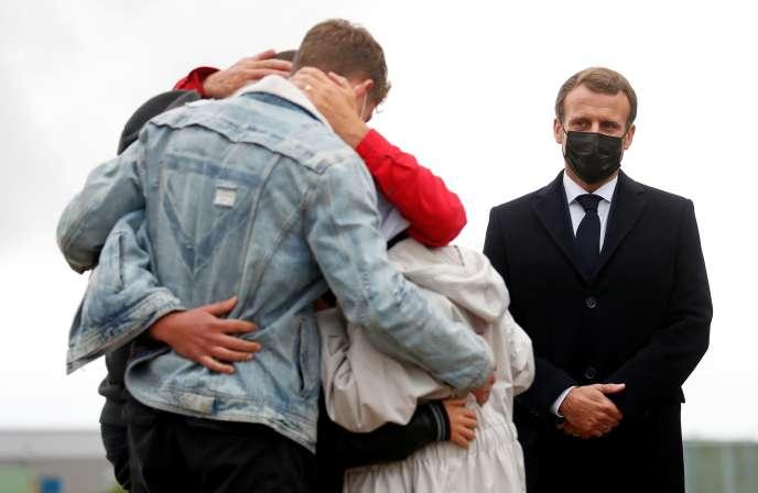 Emmanuel Macron assiste aux retrouvailles entre Sophie Petronin et sa famille, lors du retour en France de l'otage après sa libération, le9 octobre.