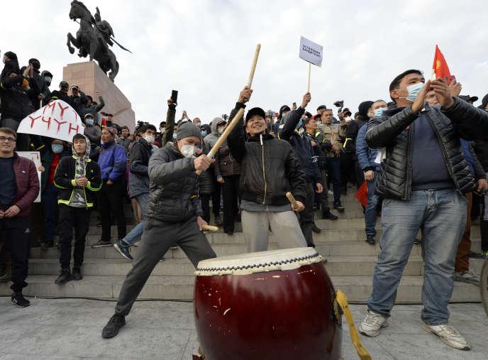 Des partisans de l'ex-président Almazbek Atambaïev, dans le centre de Bichkek, la capitale du Kirghizistan, le 9octobre 2020.