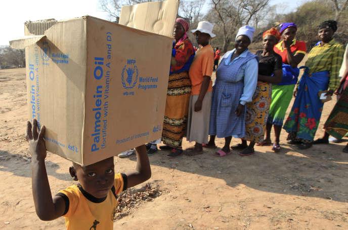 Un enfant porte des rations du Programme alimentaire mondial (PAM), à Mwenezi, au Zimbabwe, le 9 septembre 2015.