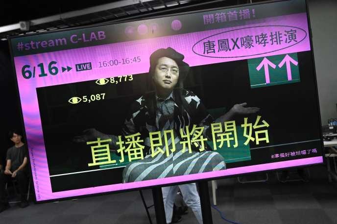 Un écran sur lequel est projetée l'image d'Audrey Tang, ministre du numérique de Taïwan, lors d'un entretien en ligne le 16 juin.