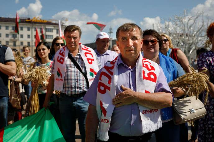 Des villageois biélorusses manifestent pour soutenir le président Alexandre Loukachenko, à Minsk, le 16 août.
