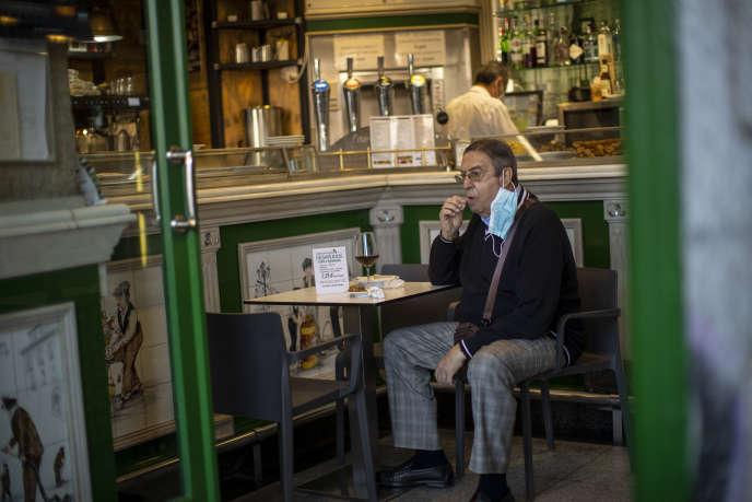 Un client assis dans un bar du centre de Madrid, le vendredi 9 octobre 2020.