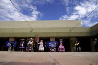 Des militants démocrates suivent la rencontre entre Joe Biden et des représentants de la communauté latino, le 9 octobre à Las Vegas.