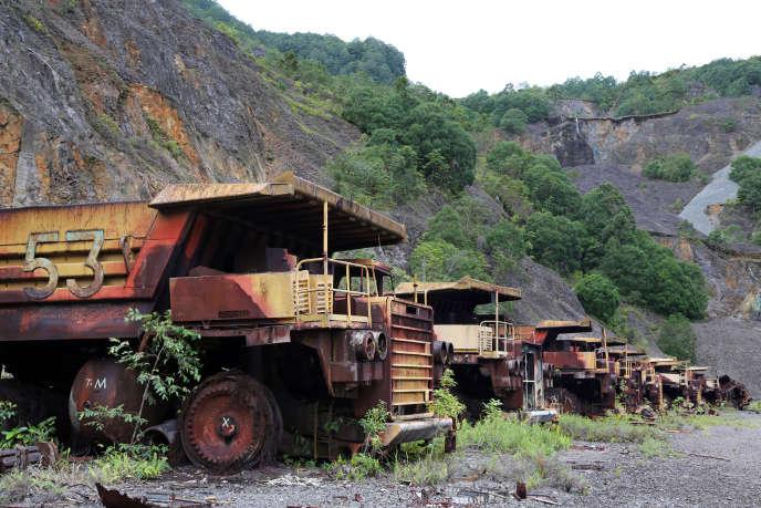 Des camions abandonnés sur l'ancien site minier de Rio Tinto, sur l'île de Bougainville, en Papouasie-Nouvelle-Guinée, en 2012.