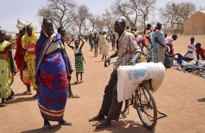 Un réfugié soudanais a récupéré un sac de denrées alimentaires auprès du Programme alimentaire mondial, à Yida, au Soudan du Sud, en 2018.