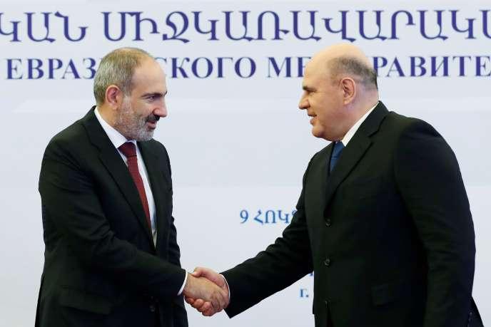 Le premier ministre arménien, Nikol Pachinian, et son homologue russe, Mikhaïl Michoustine, à Erevan, le 9 octobre.