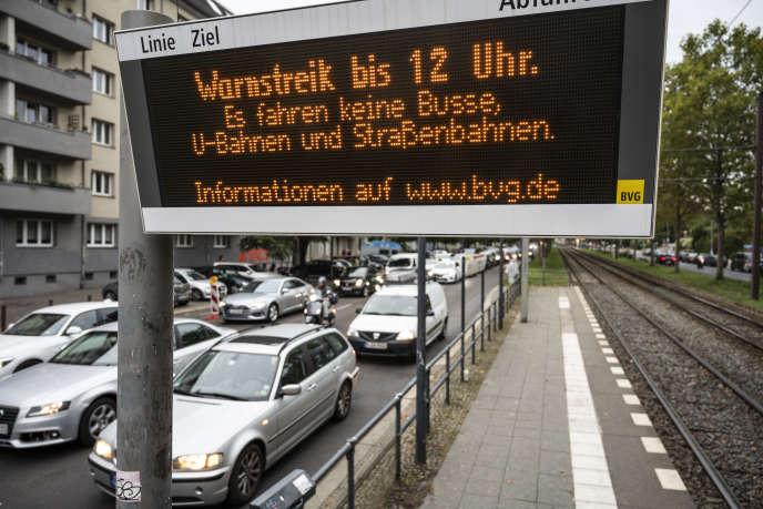 Dans les rues de Berlin, le 29 septembre 2020, un panneau d'affichage numérique avertit les usagers de l'absence de transports publics,en raison d'une grève.