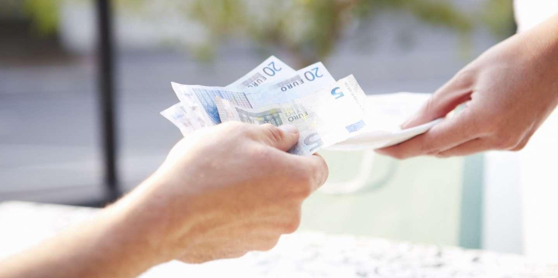 Faut-il déclarer aux impôts l'argent prêté par un proche ?