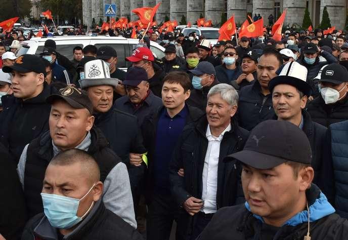 L'ancien président kirghize Almazbek Atambaïev et son ancien premier ministre, Omourbek Babanov, lors d'un rassemblement après l'annulation des élections, à Bichkek, le 9 octobre.