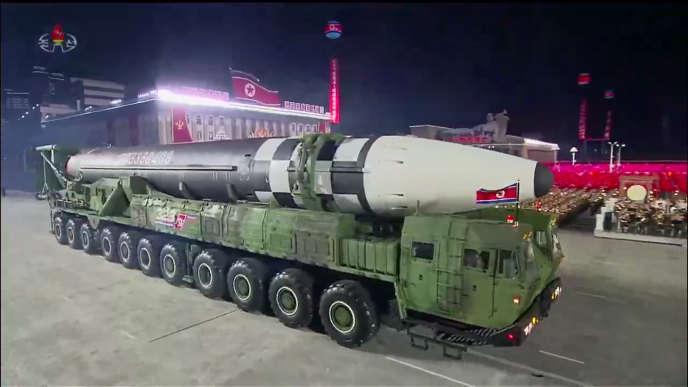 Un missile balistique intercontinental a été montré lors du défilé militaire nord-coréen (image de la télévision officielle nord-coréenne).