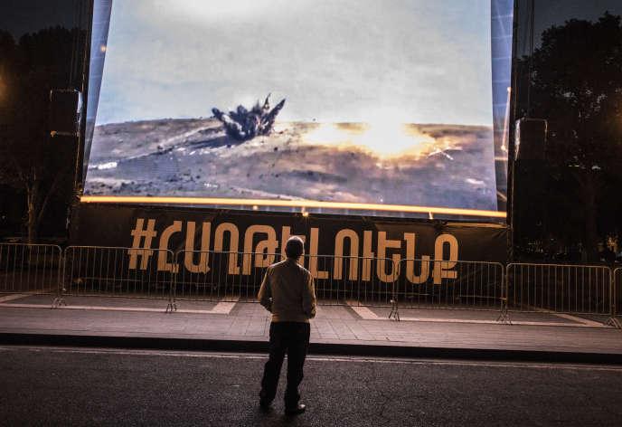 Un écran propagande, sur la place de la République, à Erevan, le 9 octobre. En arménien :« Nous vaincrons».