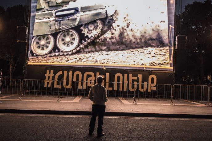 A Erevan , le 9 octobre, un écran de propagande installé place de la République, diffuse des images sous lesquelles il est écrit: «Nous vaincrons. »