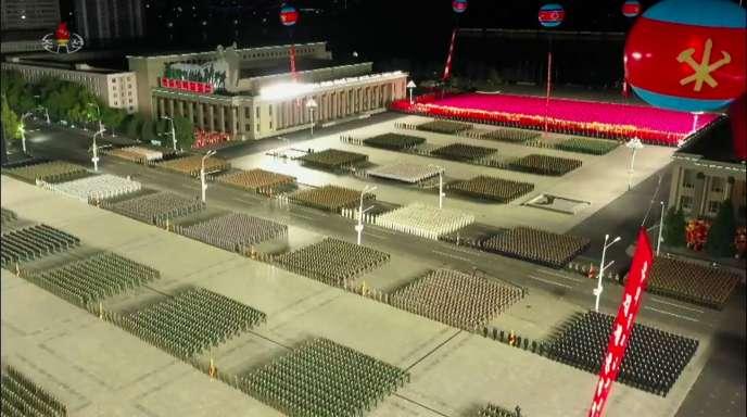 Plan d'un défilé militaire sur la place Kim Il-sung, diffusé par la télévision nord-coréenne.