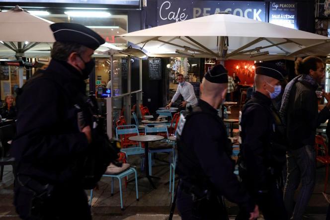 Des policiers patrouillent près des bars et des restaurants lors d'une manifestation contre les mesures sanitaires, à Lille (Nord), le 29 septembre.