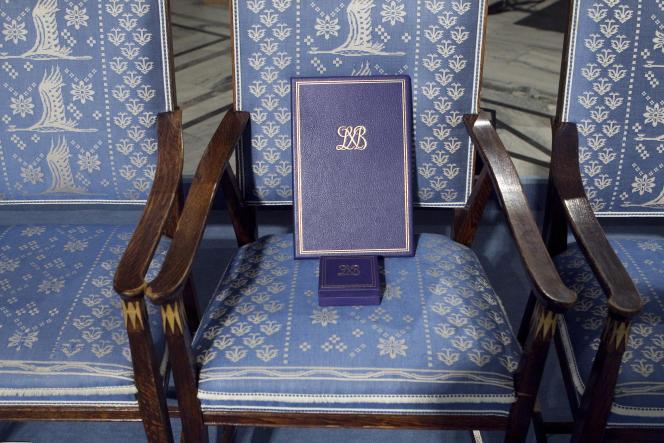 La référence de l'oeuvre exposée à la Cartoucherie de Vincennes : la chaise restée vide lors de la remise du prix Nobel de la paix àLiu Xiaobo, à Oslo, en 2010.
