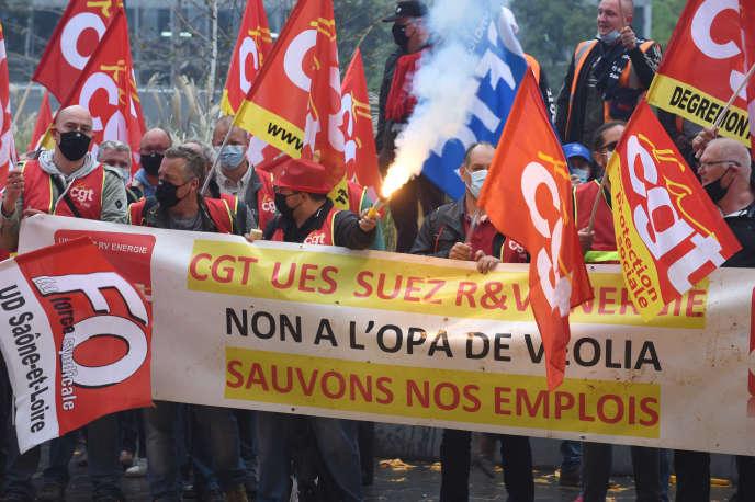 Lors d'une manifestation de salariés de Suez, à la Défense, près de Paris, le 29 septemnbre.