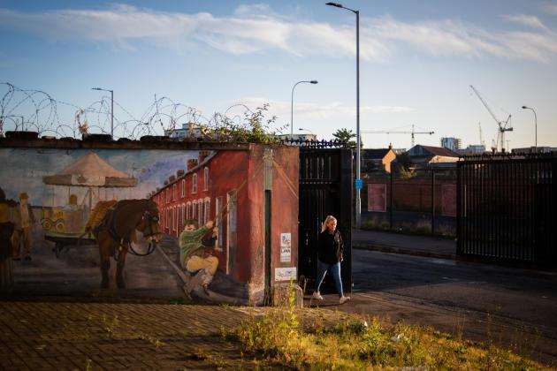 Passage des grilles d'un des«murs de la paix» qui séparent le quartier catholique de celui de Belfast-Ouest, le 1er octobre.