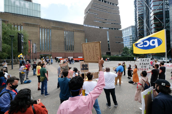 Manifestation des employés de la Tate Modern, à Londres, le 22 août.