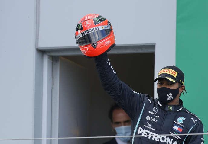Lewis Hamilton et un des casques deMichael Schumacher