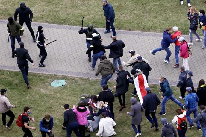 Scène d'affrontement entre manifestants et forces de l'ordre dimanche 11 octobre à Minsk.