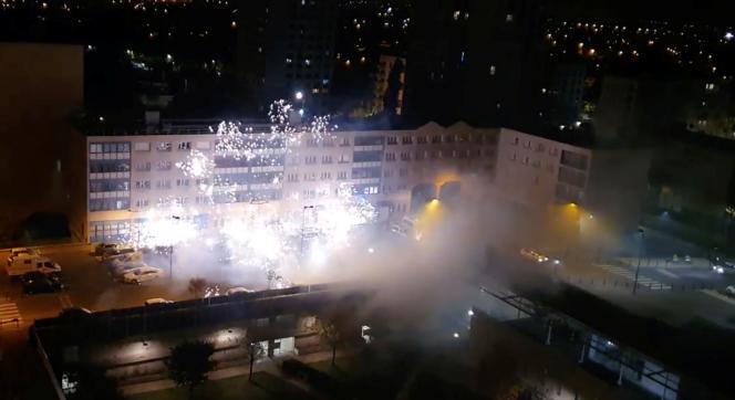Une quarantaine de personnes a lancé des feux d'artifice utilisés comme projectiles sur un poste de police à Champigny (Val-de-Marne), le 11 octobre.