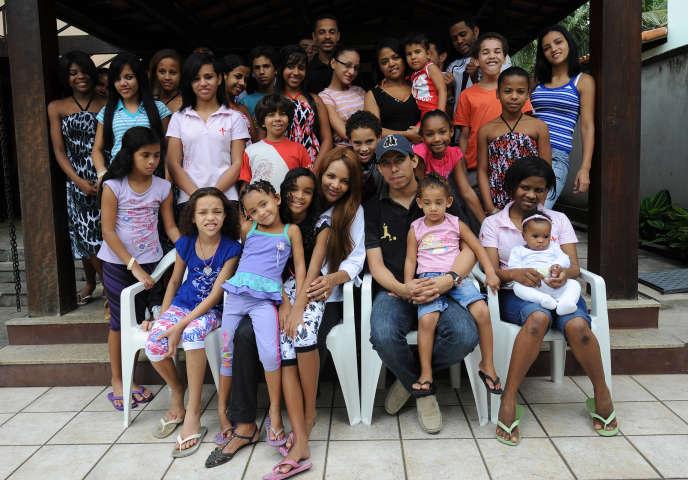 Flordelis dos Santos, avec son mari, Anderson do Carmo, et leurs enfants adoptés, en 2009, à leur domicile de Niteroi, près de Rio de Janeiro.
