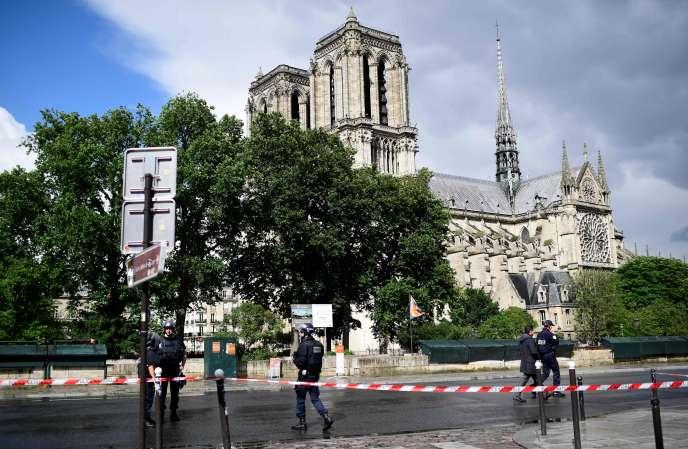 Le 6 juin 2017, devant Notre-Dame de Paris, Farid Ikken avait bondi sur trois policiers avec un marteau en criant: « C'est pour la Syrie ! »