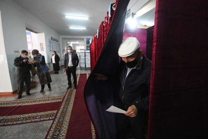 Un homme sort d'un isoloir pour aller voter, lors de l'élection présidentielle du Tadjikistan, à Douchanbé, le 11 octobre 2020.