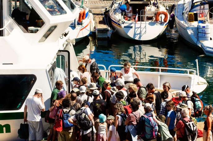 Embarquement dans une vedette d'excursion à Port-Tudy, sur l'île de Groix (Morbihan), en 2008.