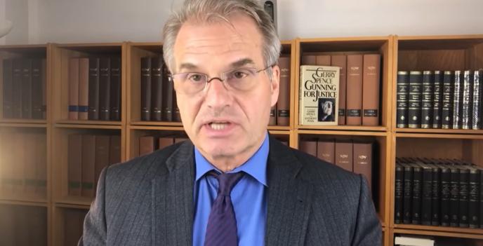 Le juriste allemand Reiner Fuellmich prétend démontrer, dans une longue vidéo, que la crise du Covid-19 ne serait qu'une manipulation. Vraiment ?