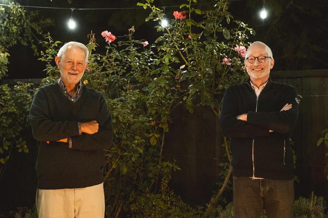 Les Nobel d'économie Robert Wilson (gauche) et Paul Milgrom (droite), à l'université Stanford où ils enseignent, en Californie, le 12 octobre.