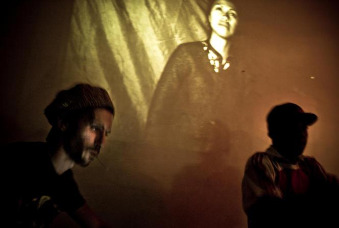 Des DJ mixent devant une photographie de Rijasolo, à Antananarivo, en 2013.