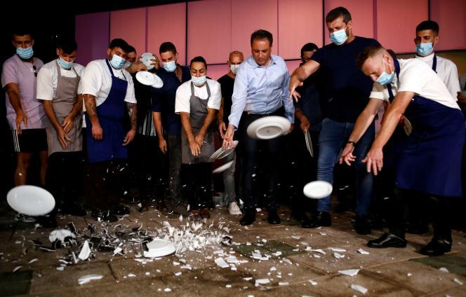 Des restaurateurs cassent des assiettes, pour protester contre le reconfinement, le 15 septembre à Tel-Aviv.