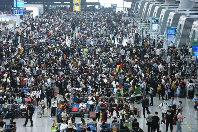Dans la gare de Hangzhou (Zhejiang), dans l'est de la Chine, le 8 octobre 2020.