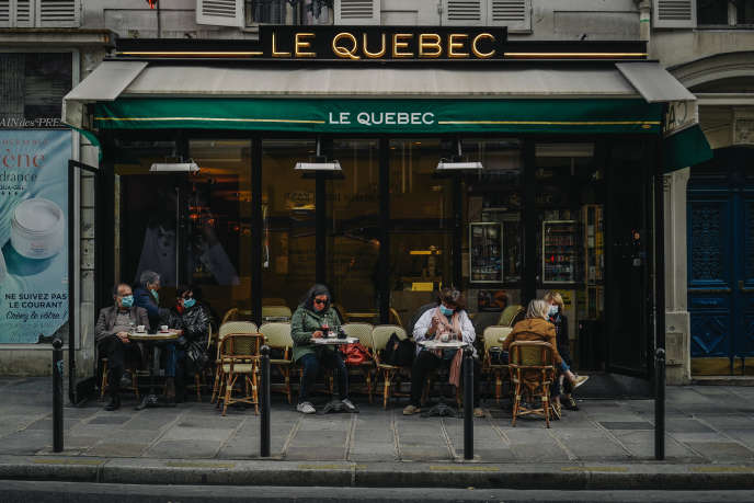 Des clients en terrasse du bar-tabac Le Québec dans le 5e arrondissement de Paris, le 10 octobre 2020.