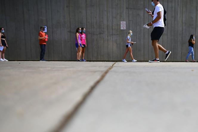 Des étudiants font la queue pour un bracelet d'identification, après un test au Covid-19,sur le campus de l'université du Colorado , le 18 août.