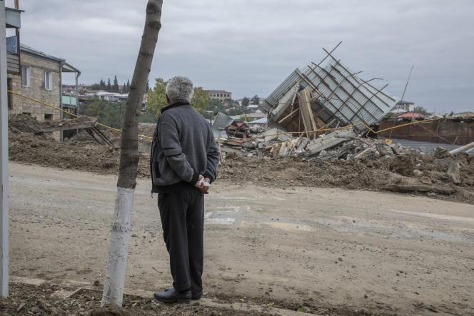 Après un bombardement, dans le centre de Stepanakert (Haut-Karabakh), le 11 octobre.