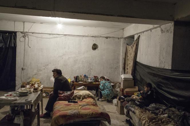 Un abri, installé par le ministère des situations d'urgence dans un parking, protège des familles des bombardements, à Stepanakert, le 11 octobre.