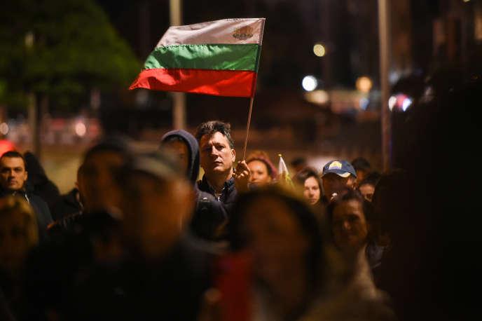 Мъж държи българското знаме в ръка по време на антиправителствена демонстрация в София на 30 септември.