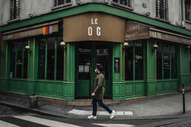 Un promeneur passe dans le bar