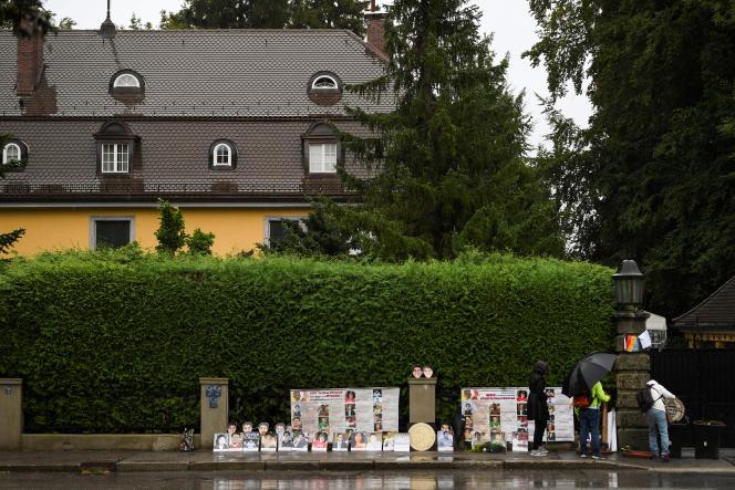 Des manifestants thaïlandais devant une villa où le roi thaïlandais Maha Vajiralongkorn réside régulièrement à Tutzing (Allemagne), le 25 septembre.