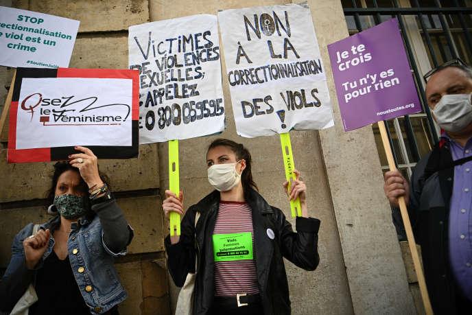 Manifestation pour les droits des femmes,devant la cour d'appel de Versailles, le 24septembre.