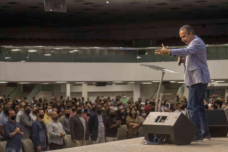 Le pasteur et télévangéliste Silas Malafaia, prêche à l'Assemblée de Dieu Victoire en Christ (ADVEC) dans le quartier de Penha, zone nord de Rio de Janeiro. Le culte est retransmis en direct sur Internet.