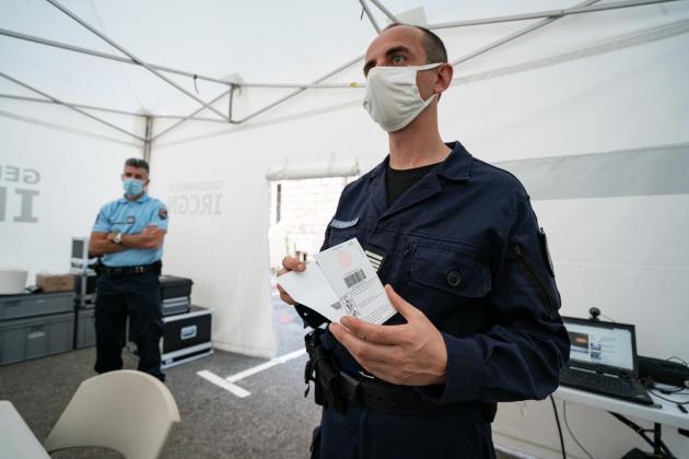 Le commandant Sébastien Follot montre le fonctionnement d'un prélèvement biologique, au laboratoire mobile qui vient d'etre installé.