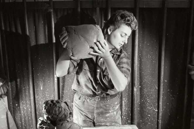 Vers 1945, dans son atelier de la rue Vavin, à Paris.