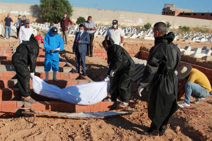 Enterrement d'un migrant subsaharien, mort en mer près des îles Kerkennah, au large de Sfax, en Tunisie, le 15 juin 2020.