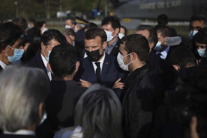 Le président Emmanuel Macron, lors de savisite à Breil-sur-Roya (Alpes-Maritimes) sur les lieux des inondations, le 7 octobre 2020.