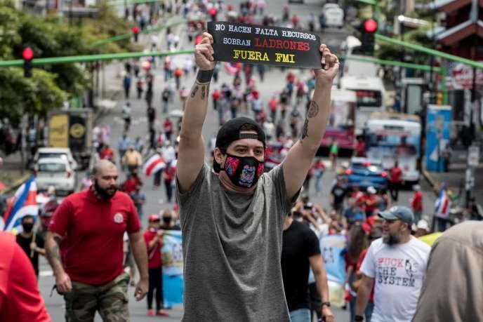 Un homme proteste contre l'augmentation des impôts voulue par le gouvernement afin de trouver un accord de crédit avec le FMI, à San José (Costa Rica) le 30 septembre 2020.
